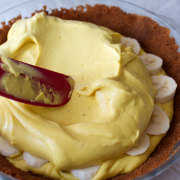 Banana cream pie with speculoos crust recipe on fmitk.com